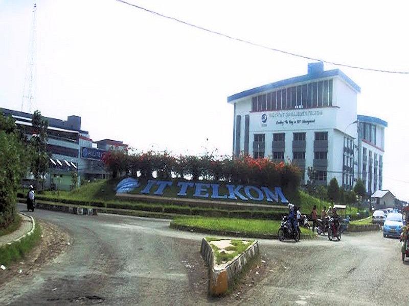 Bundaran IT Telkom ketika IM Telkom dan Politeknik Telkom selesai dibangun
