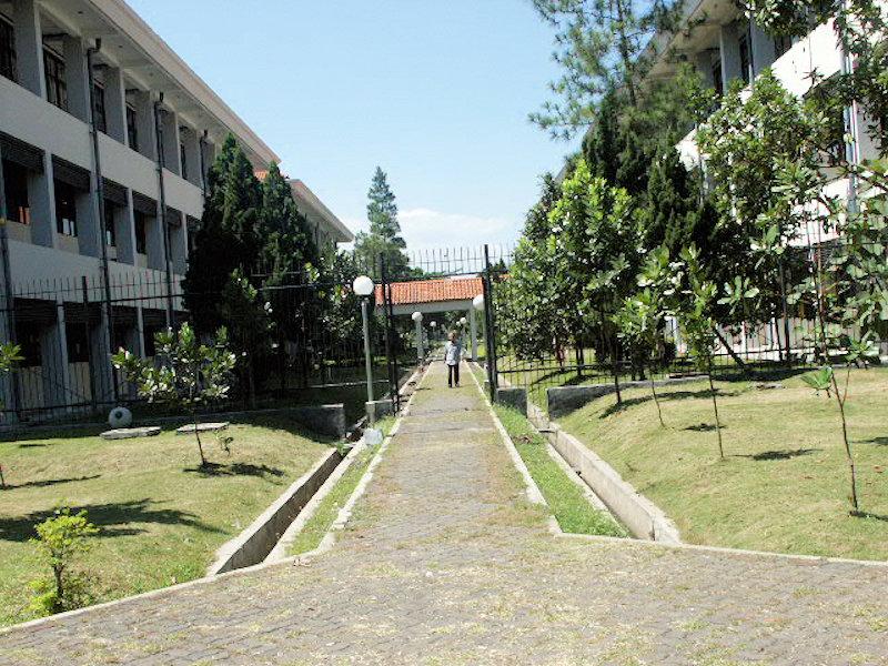 STT Telkom - Jalan diantara Gedung A dan B